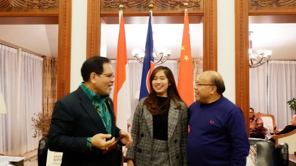 Photo with Indonesian Ambassador to China and Mongolia Bapak Djauhari Oratmangun and President Director of Metro TV Don Bosco Selamun at the Indonesian Embassy in China. (Source: Author)