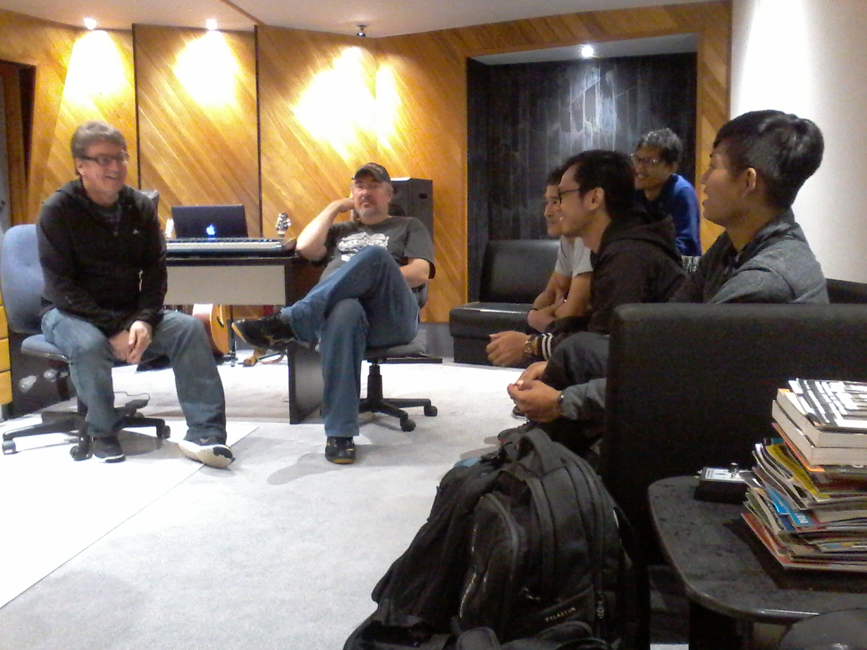 Kiwi and Indonesian musicians discussing music. Source: Personal documentation