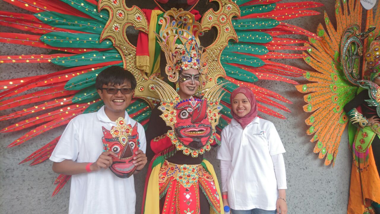 With a dancer from Jember Fashion Carnival in Auckland. Source: Personal documentation