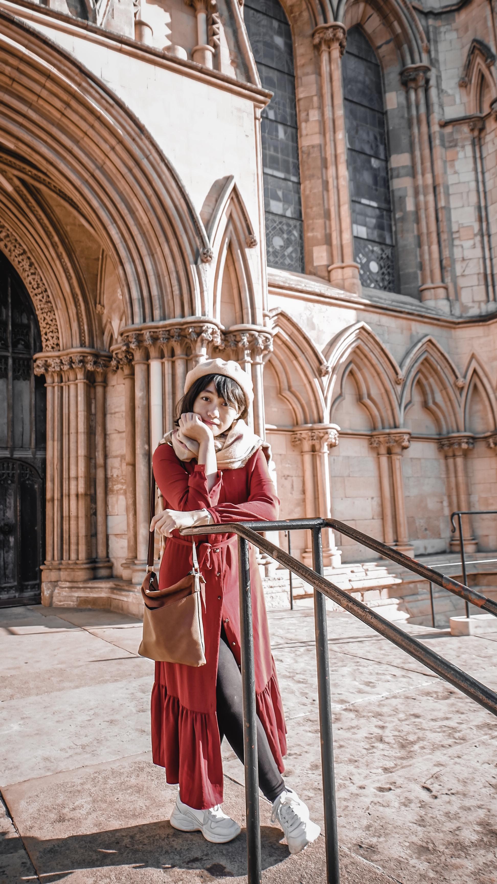 Melepas penat selepas kuliah: Farah di pelataran York Minister, sebuah katedral di Yorkshire