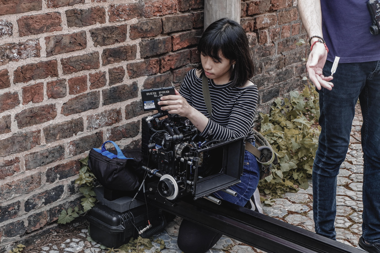 """Farah sedang melakukan pengetesan kamera untuk keperluan shooting film pendek """"The Convicted"""" yang sekaligus menjadi project tesisnya"""
