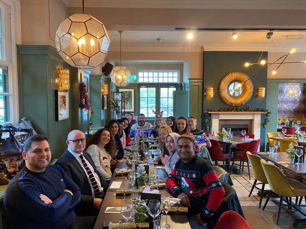 Foto menunjukkan Fiona berada di restoran bersama belasan orang dari berbagai negara