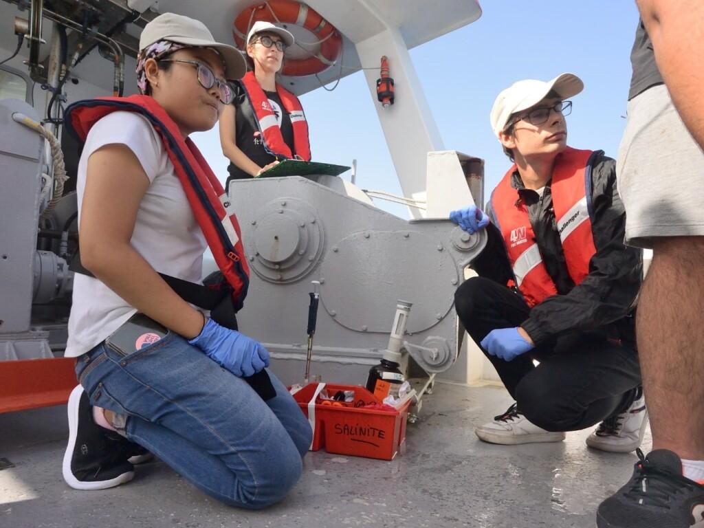 Yulina sedang mengamati proses pengambilan sampel yang dilakukan oleh operator lapangan saat field trip. Sumber: Dokumentasi pribadi Yulina