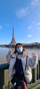 Yulina berpose di depan ikon negara Perancis, Eiffel Tower. Sumber: Dokumentasi pribadi Yulina
