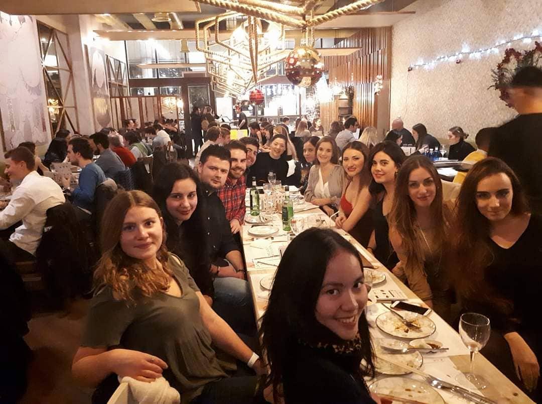Penulis saat Christmas Dinner 2017 bersama teman kuliah. Sumber foto: Penulis