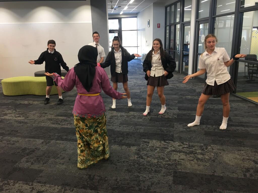 Mengenalkan budaya Indonesia di cafeteria Monash University, Australia. Sumber: Dokumentasi pribadi