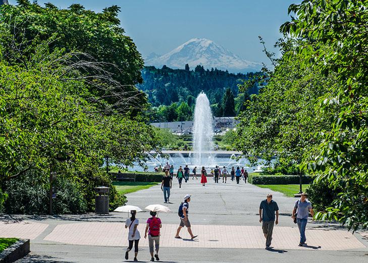 Drumheller Fountain dan Mt. Rainier dilihat dari University of Washington