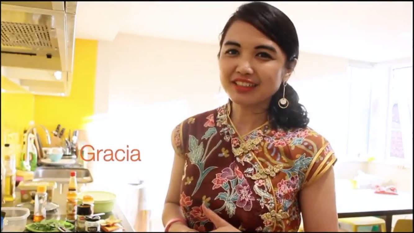 Gracia membuat video demo masak soto di dapur apartemennya di York