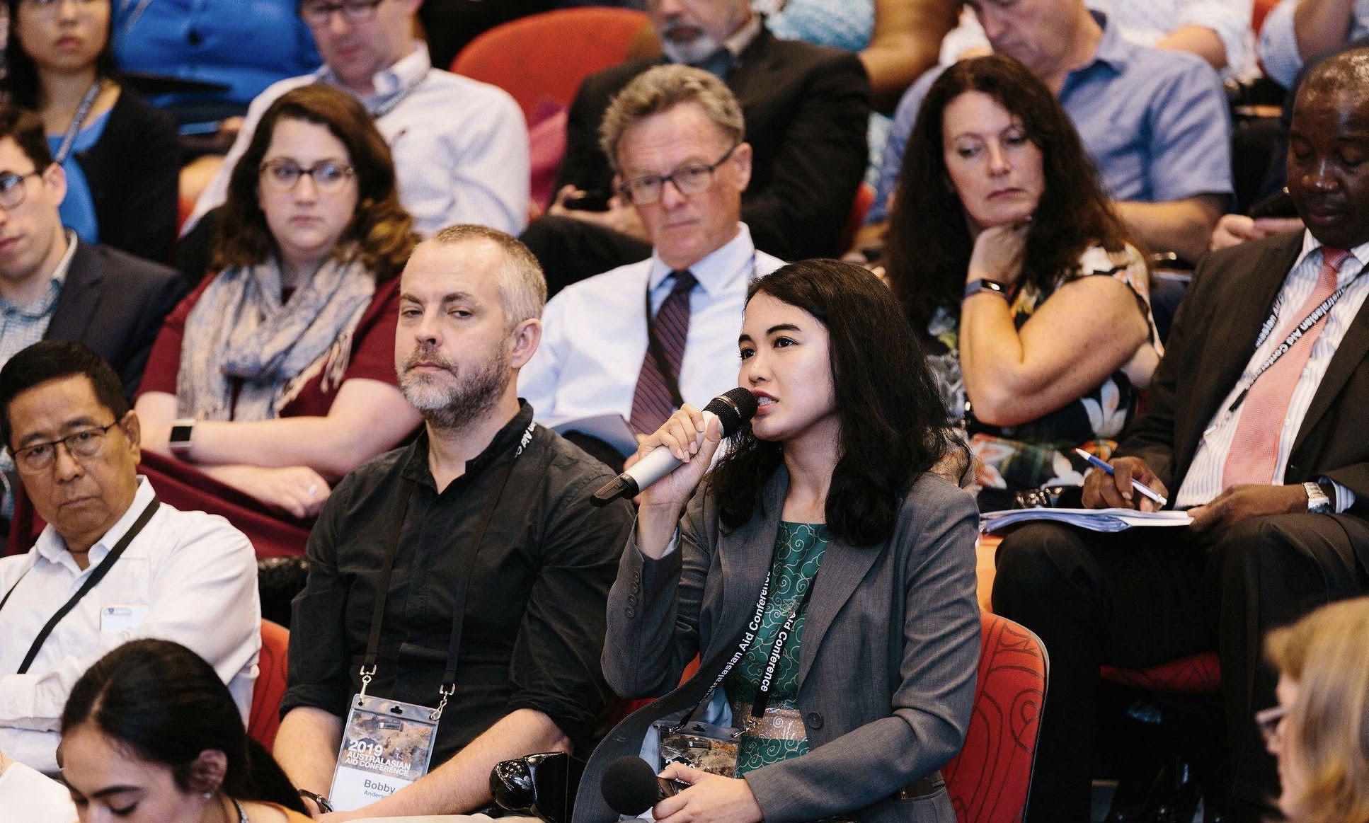 Gracia bertanya dan berpartisipasi aktif dalam sesi Plenary Hall di Australasian Aid Conference, 18 Februari 2019 di Australian National University