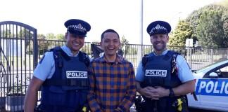 Sandhi Satyatama bersama polisi di New Zealand. Sumber: Dokumentasi pribadi