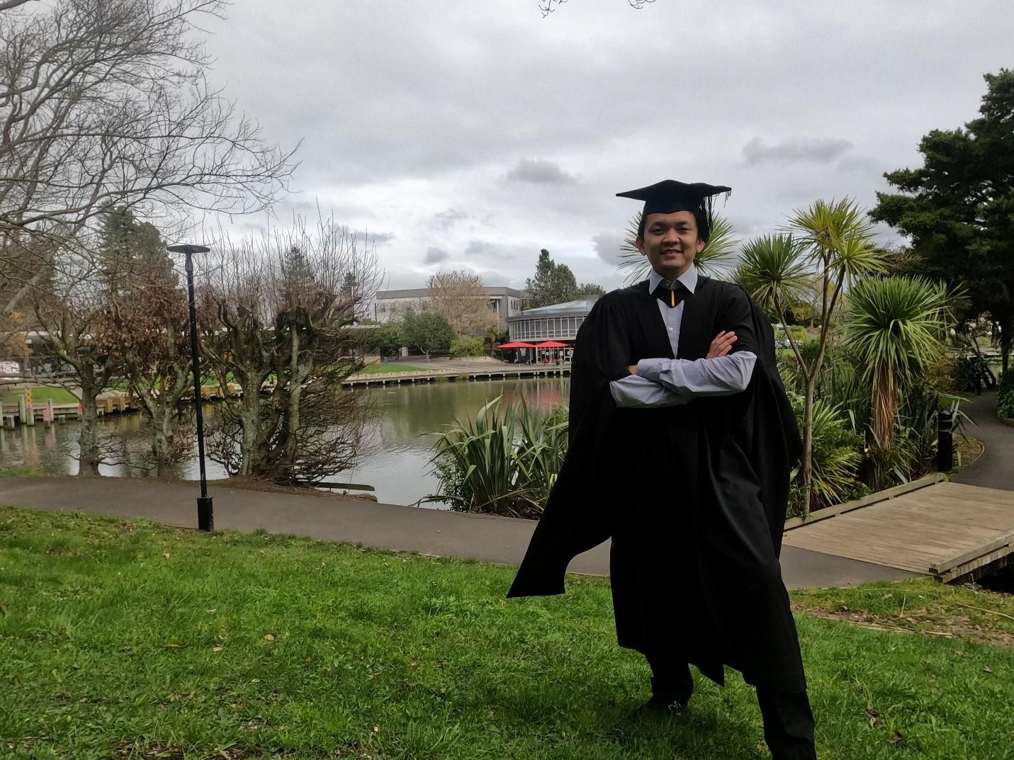 Sandhi Satyatama saat kegiatan wisuda di University of Waikato. Sumber: Dokumentasi pribadi