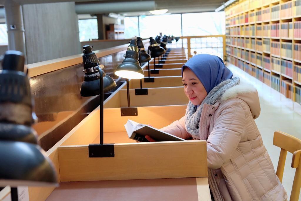 Sehari-hari, Tri membagi waktunya antara perpustakaan dan laboratorium.