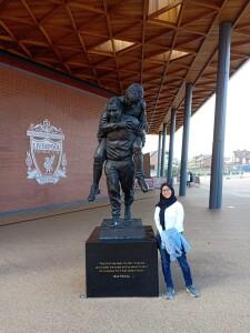 Almira berfoto di stadion Anfield, rumah dari salah satu tim speak bola paling sukses di Inggris, Liverpool F.C.