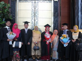 Wila and her Monash University friends during the graduation ceremony. Source: Personal documentation