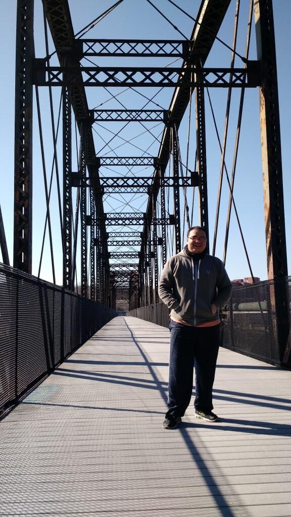 Salah satu jembatan baja yang Nazhir lalui saat selesai bersepeda dari trail yang berlokasi di sepanjang sungai yang melingkari kota Pittsburgh