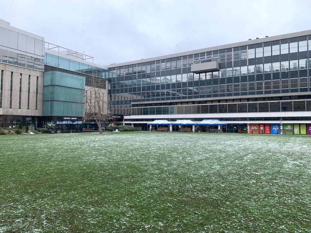 Suasana kampus saat salju turun.