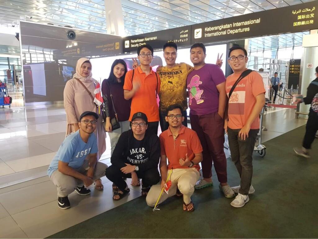 Momen send off Arzak oleh teman-temannya di Bandara Soekarno-Hatta, Indonesia