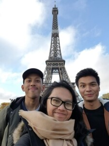Arzak (kanan) berkesempatan mengunjungi ikon Prancis, Menara Eiffel di tengah kesibukan kuliahnya