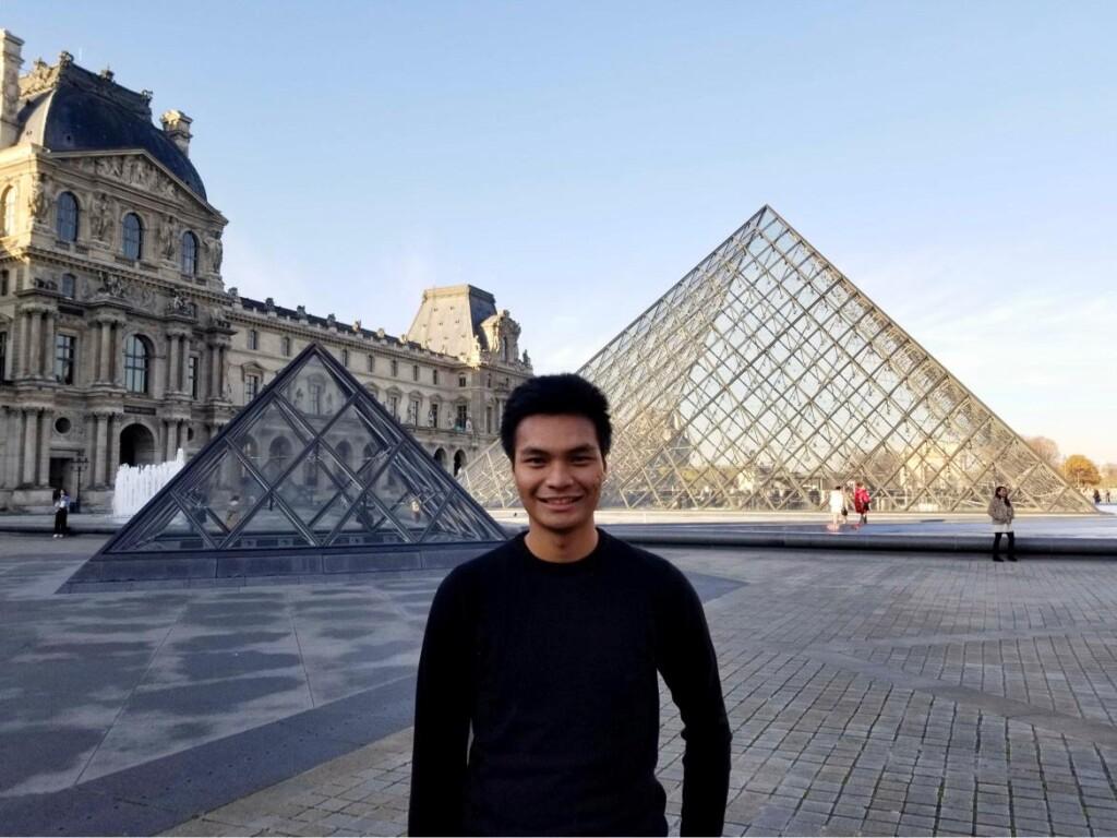Arzak berfoto di Louvre Museum, salah satu museum seni terbesar yang paling banyak dikunjungi dan sebuah monumen bersejarah di dunia