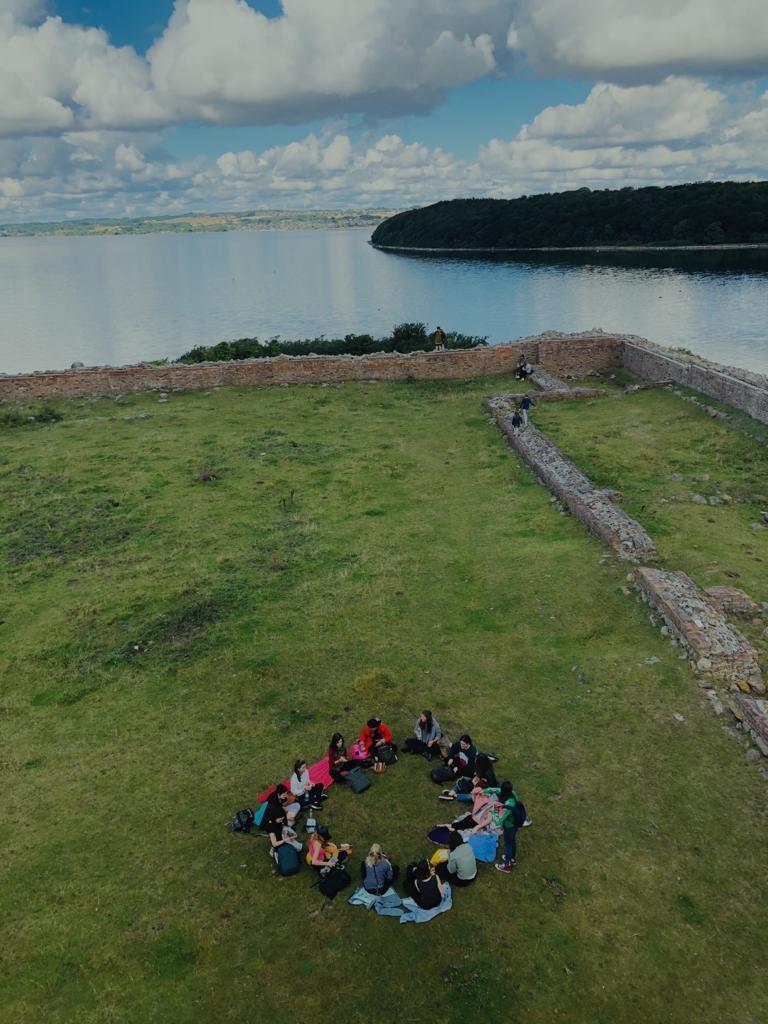 Arzia dan teman-teman sekelasnya piknik ke Kalø Slotsruin pada musim panas 2020, sebelum pembatasan sosial ketat COVID-19 pada akhir tahun.