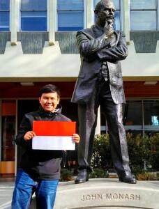 Yogi di depan patung John Monash di kampus Monash University. Sumber: Dokumentasi pribadi