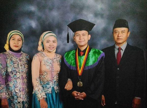 Yogi di prosesi wisuda S1 di Universitas Pendidikan Indonesia. Sumber: Dokumentasi pribadi