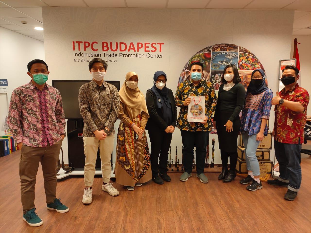 Budi (kiri) bersama tim ITPC Budapest - Sumber foto: Dok. B. Setiawan