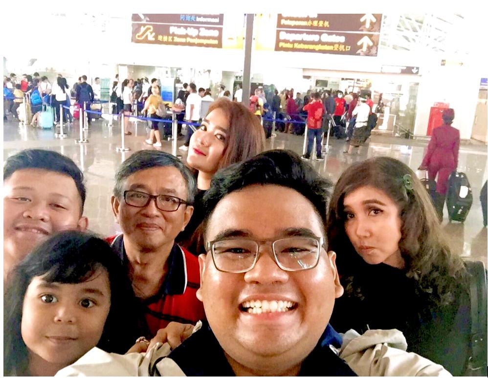 Yoga berfoto bersama keluarga sebelum keberangkatan ke Berlin, Jerman dari Bandara Internasional Ngurah Rai Bali, Indonesia