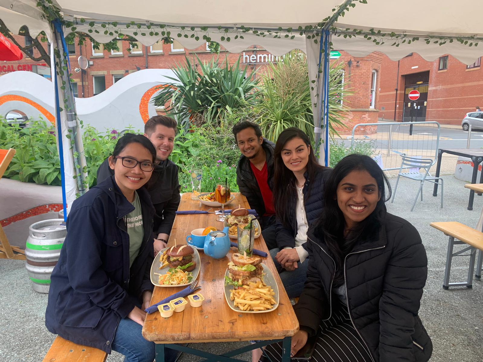 Merayakan selesainya tugas kelompok dengan makan di luar