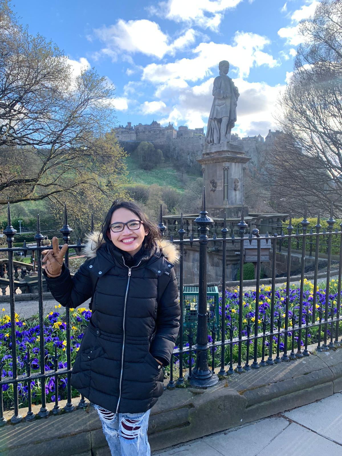 Senyum lebar karena berhasil mengunjungi Edinburgh, kota tercantik di UK
