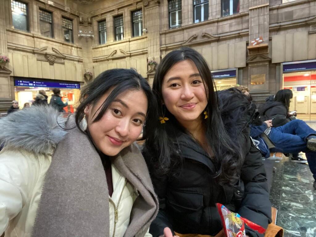 Bersama kembarannya, Dhania mengelola kanal Youtube berisi video jalan-jalan keliling UK dan tips mengelola keuangan bagi mahasiswa.