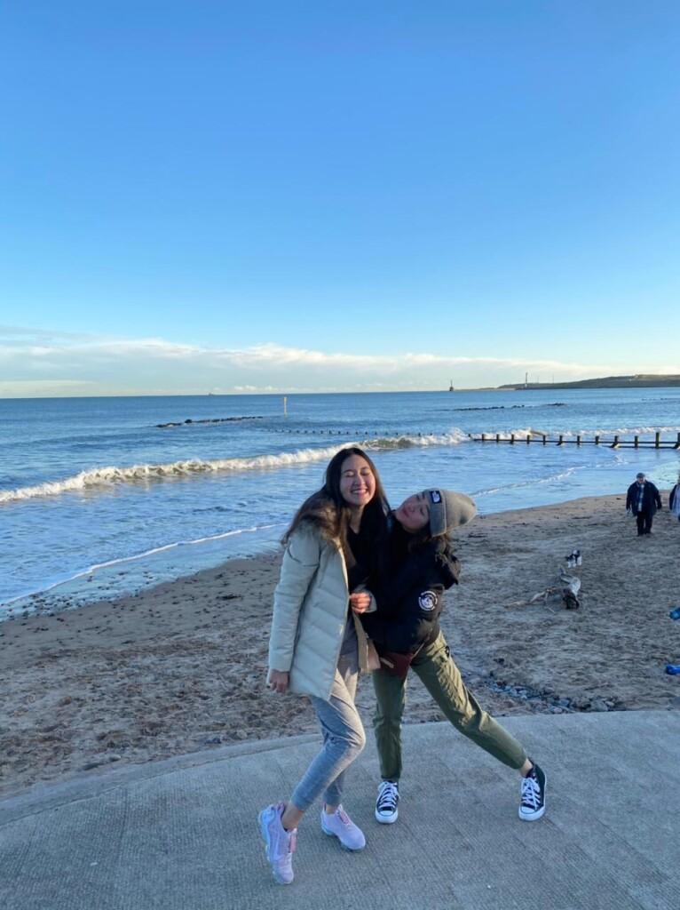Dhania dan saudara kembar, Dhanita, kerap jalan-jalan di UK untuk melepas penat saat kuliah.