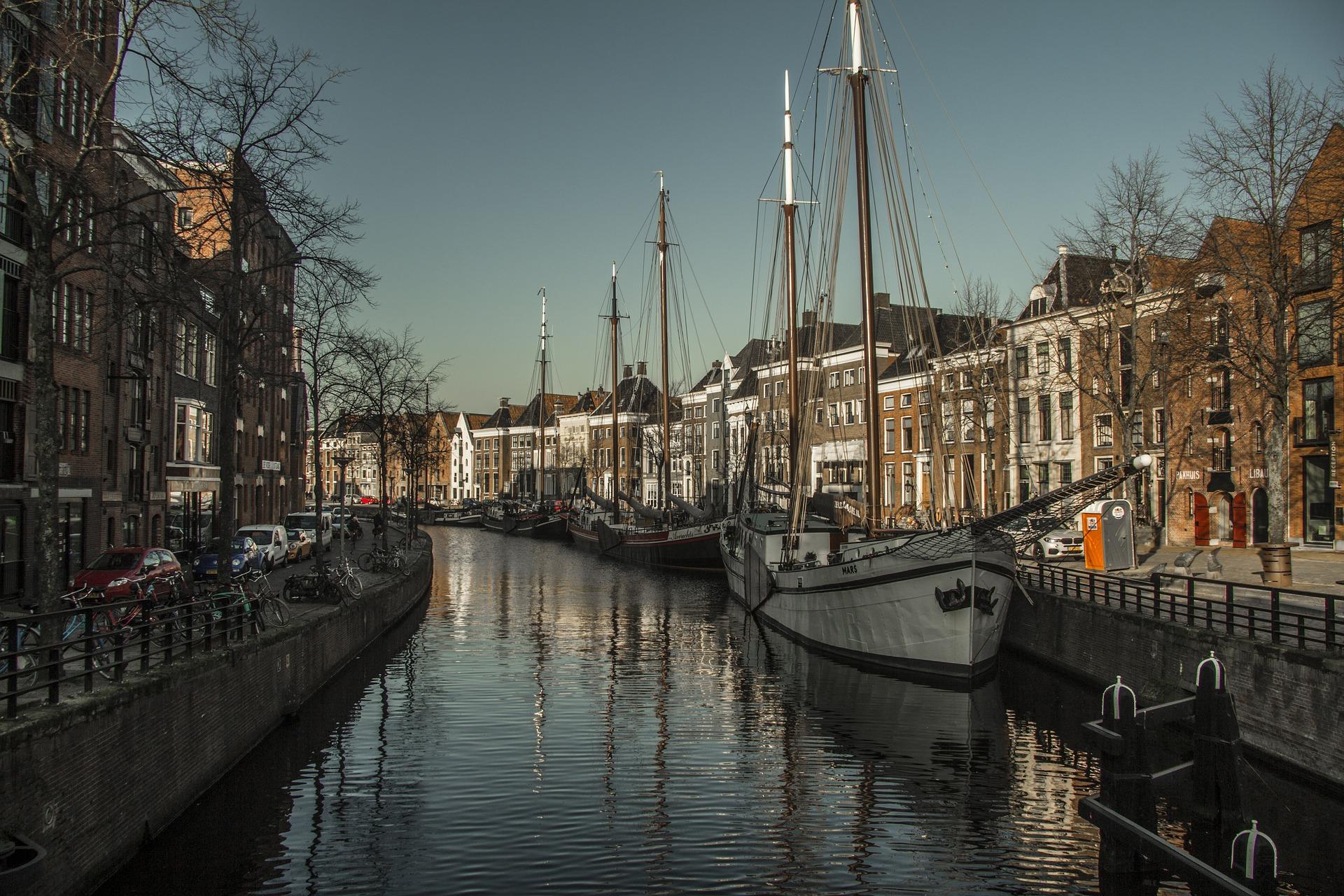 Kanal yang cantik di Belanda - Sumber foto: Mel (Pixabay)