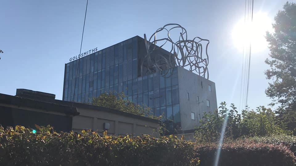 Gedung Ben Pimlott dengan Goldsmiths Squiggle di atasnya. Mahasiswa Indonesia menyebut gedung ini 'gedung mie'.