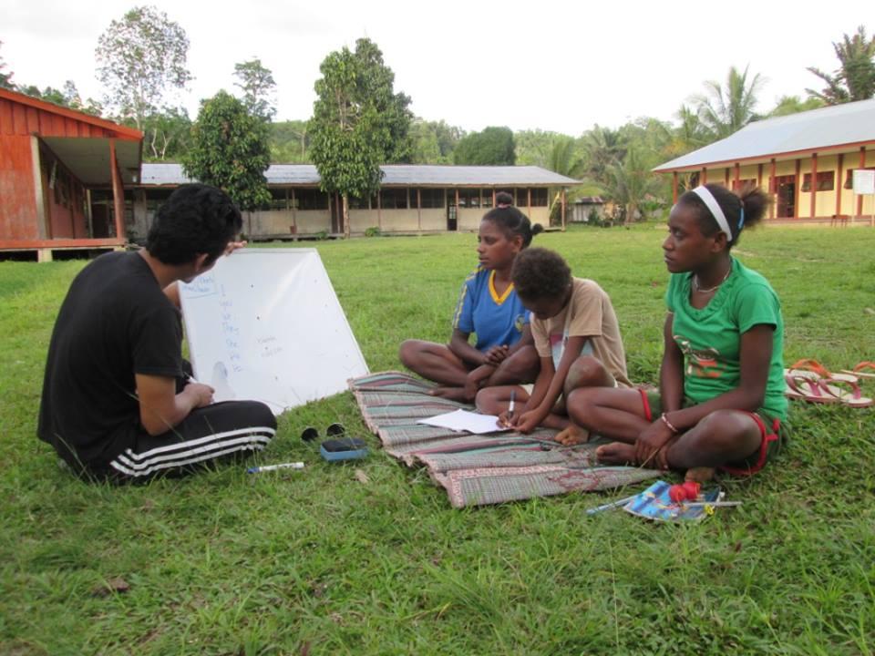 Foto saat pembelajaran di luar kelas untuk anak-anak Papua Barat. Sumber: Dokumentasi pribadi