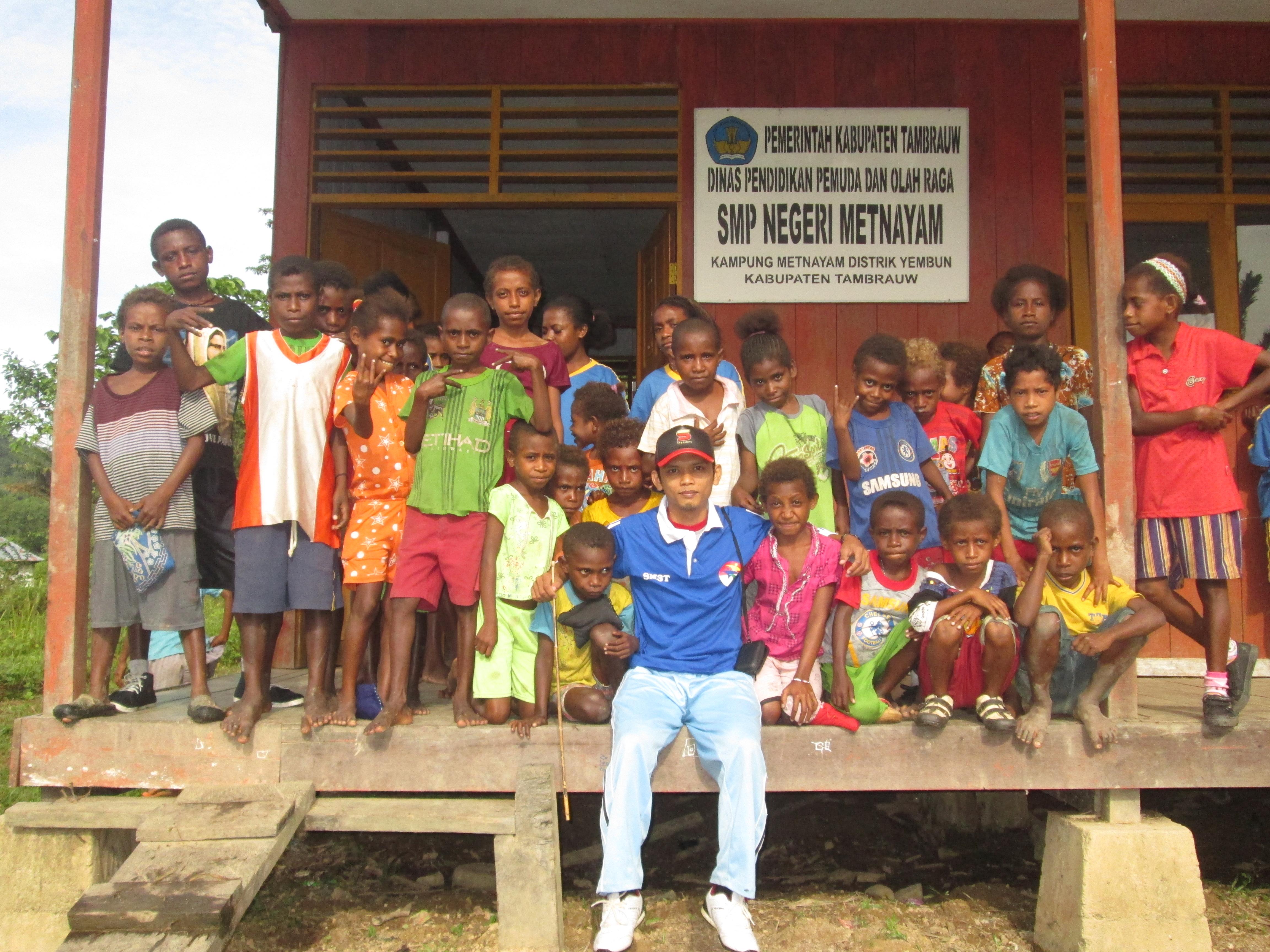 Hendri berfoto bersama siswa-siswa di pedalaman Papua Barat. Sumber: Dokumentasi pribadi