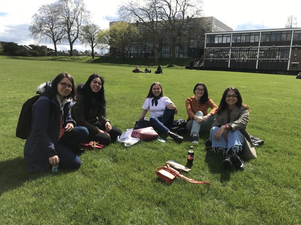 College Green adalah tempat nongkrong favorit mahasiswa Goldsmiths UoL. Nampak di belakang adalah Departemen MCCS, salah satu departemen terbesar di kampus.