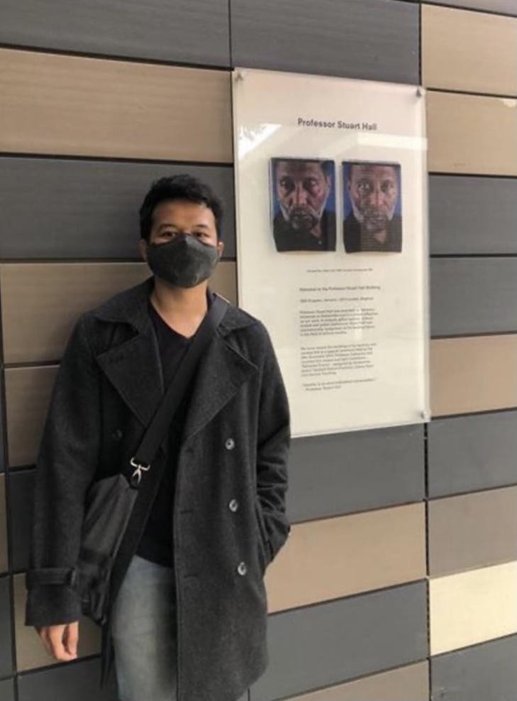 Berfoto di depan Departemen MCCS yang menampilkan profil Stuart Hall, salah satu pendiri kajian budaya. (Foto: Teguh Nurrohman)