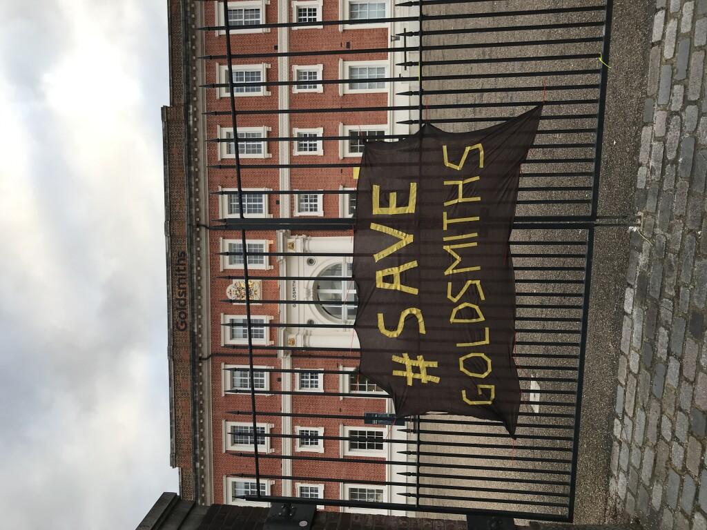 Spanduk Save Goldsmiths dipasang oleh mahasiswa dan dosen yang menentang kebijakan kampus.