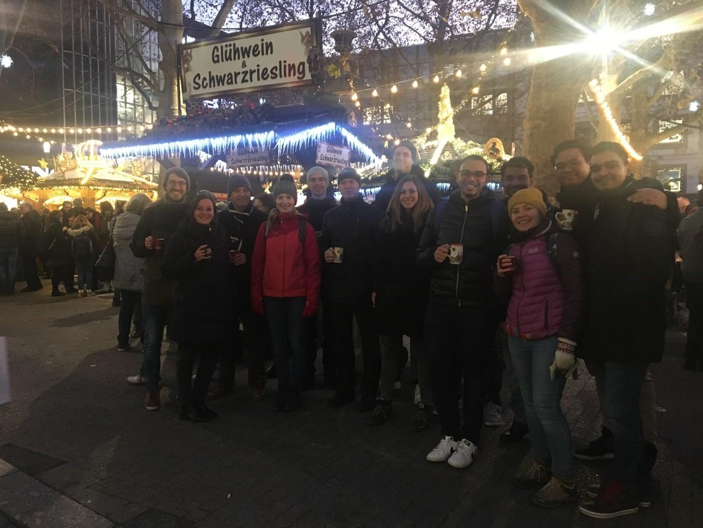Yoga berfoto bersama kolega satu timnya di depan pasar natal (Weihnachtsmarkt) Stuttgart, sebelum pandemi Covid-19