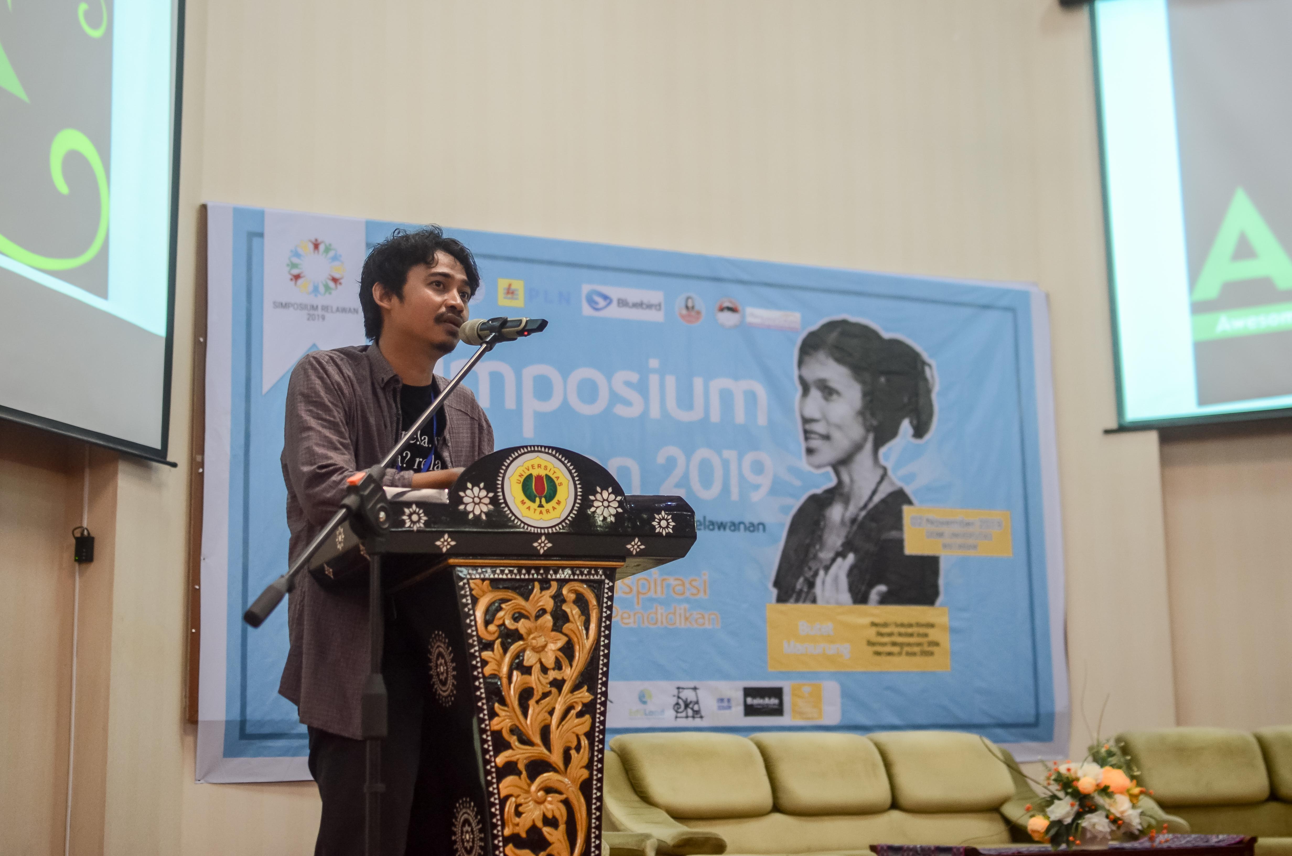 Ahmad Junaidi di Simposium Relawan bersama Butet Manurung di Universitas Mataram. Sumber: Dokumentasi pribadi