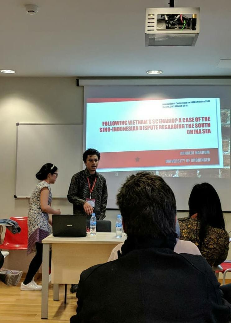 Mempresentasikan hasil penelitian di International Conference on ASEAN Studies
