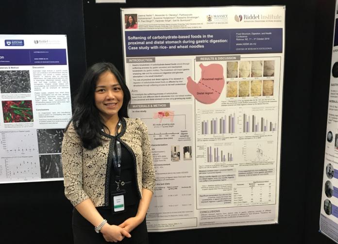 Joanna saat mempresentasikan poster penelitian tahun pertamanya di Food Structure, Digestion, and Health Conference 2019, Rotorua, NZ. Sumber: Dokumentasi pribadi