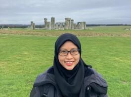 Almira Rahmaida berfoto di salah satu keajaiban dunia, Stonehenge, Salisbury, UK