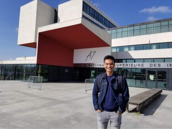 Lazuardi Arzak Amikal Hidayat berfoto di Grandes écoles Toulouse INP – ENSIACET, tempat ia mengenyam pendidikan Master of Engineering