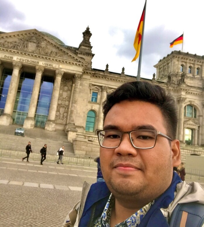 Yoga Pranata Rahmat, berfoto di Depan German Reichstag/Bundestag, the National Parliament of the Federal Republic of Germany
