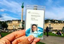 Yoga memfoto ID card kantornya di pusat Kota Stuttgart, dimana ia meniti karirnya sebagai Research Fellow di German Aerospace Center (DLR) Stuttgart
