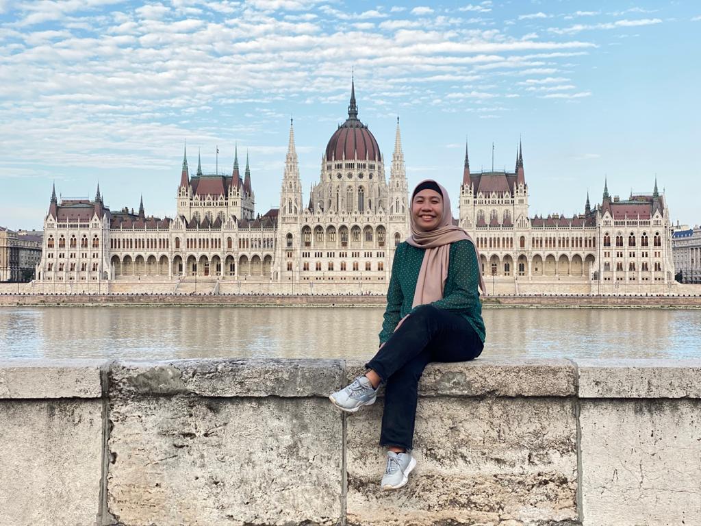 Fia berfoto di depan Gedung Parliament Budapest, Budapest Hungaria saat menghabiskan waktu liburan musim panas 2021