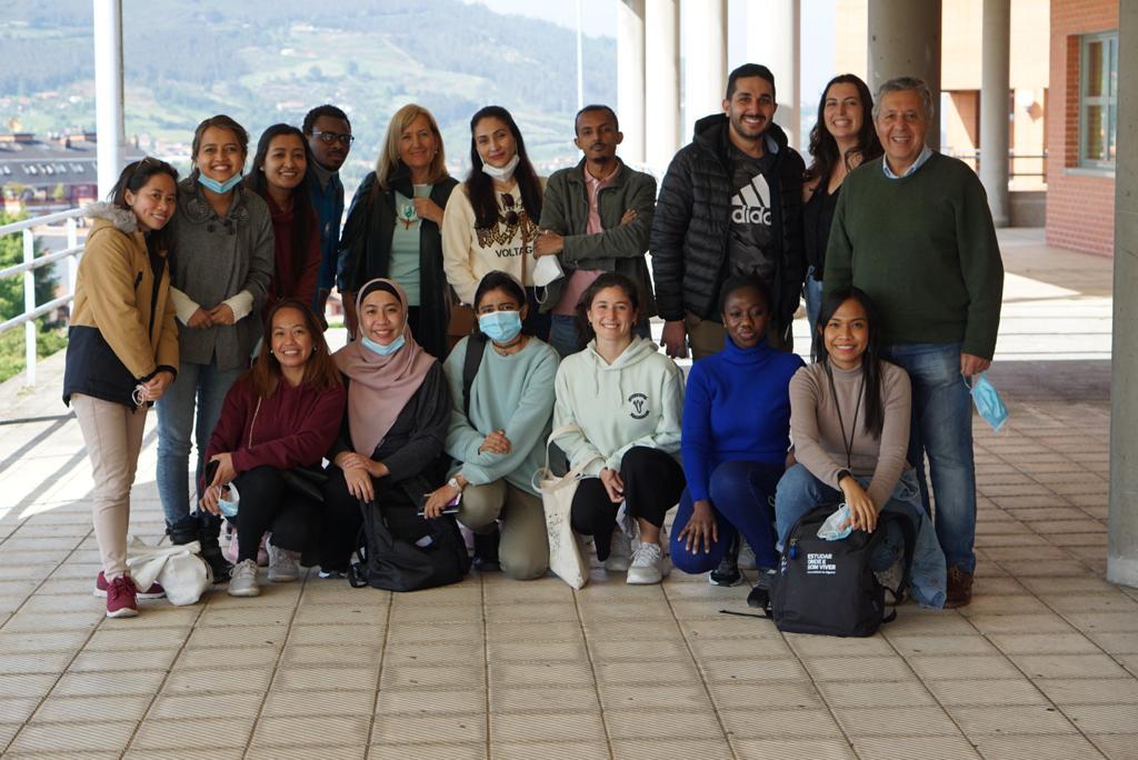 Fialisa (depan kerudung pink) berfoto bersama teman satu programnya, Kampus Keperawatan, University of Oviedo, Asturias, Spain, Juni 2021
