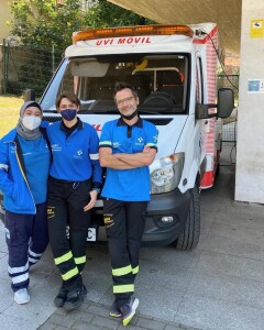 Fia (kiri) berfoto bersama Team Medis (Perawat dan Dokter) di saat menjalani rotasi di unit Ambulance112 SAMU Asturias (Servicio de Asistencia Médica Urgente)